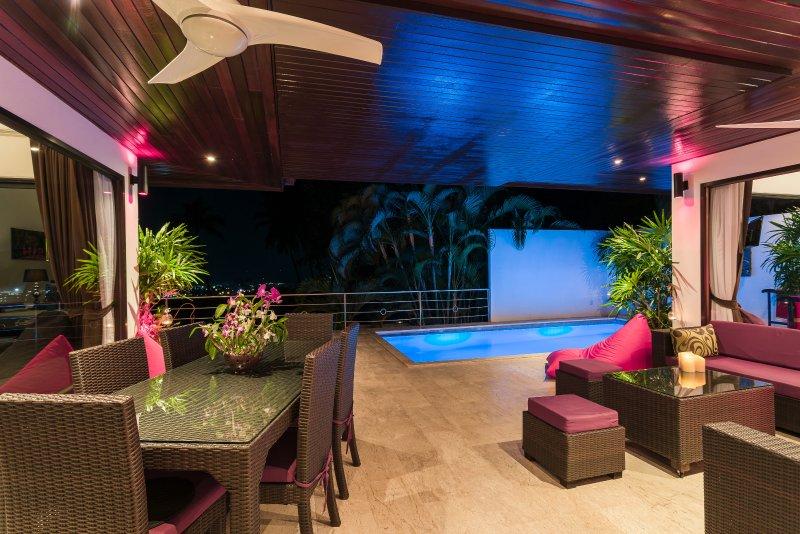 Night time view die uitkijken op de outdoor woonkamer