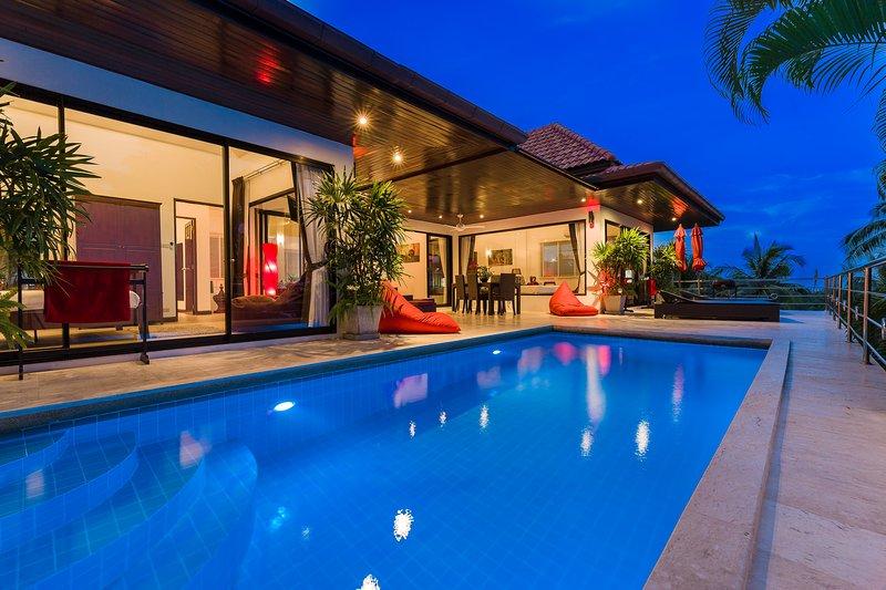 Zwembad en terras vroeg in de avond