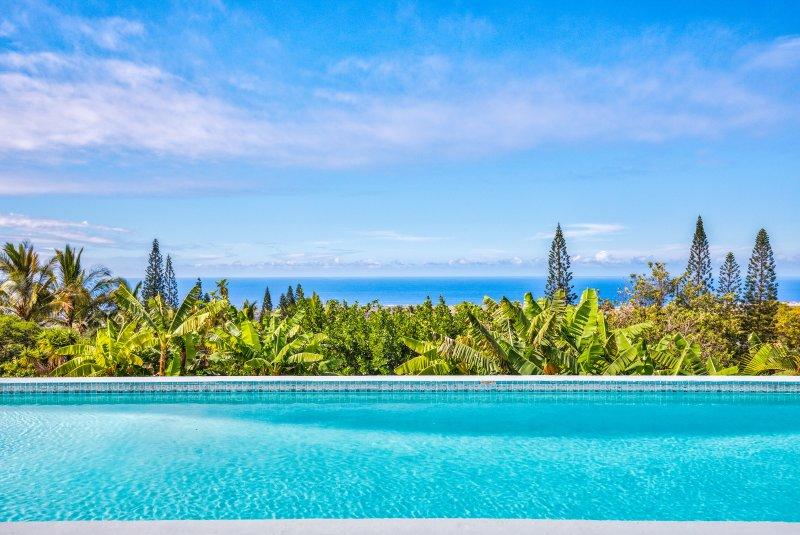Disfruta de las impresionantes vistas de la costa de Kona desde tu piscina privada
