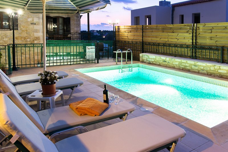 Spacious villa with swimming-pool, location de vacances à Asteri