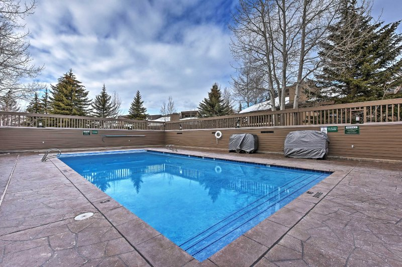 Enjoy the community amenities, including a pool, hot tubs, and a sauna!