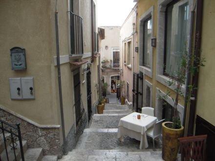Die Entfernung von der Wohnung zum Corso Umberto (1o Mt zu Fuß nur)
