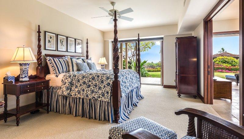 Master suite con terrazza privata e porte scorrevoli per sala multimediale.