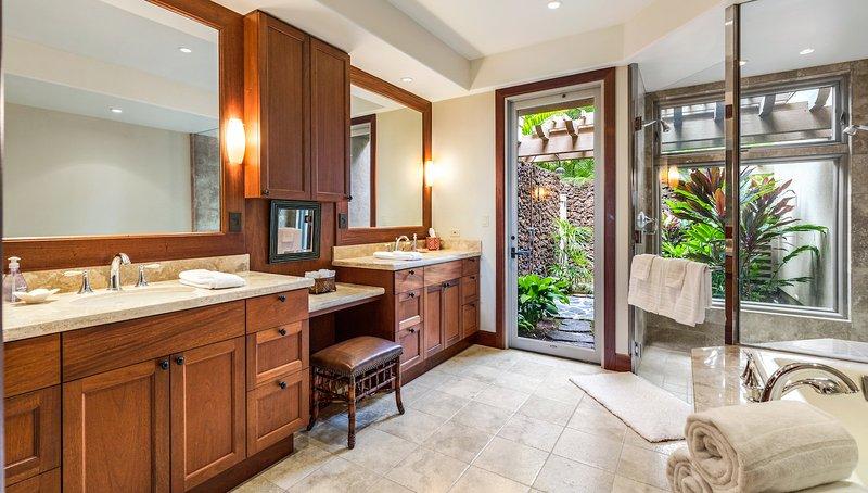 Bagno principale con doppio lavabo, vasca da bagno grande, doccia separata e doccia esterna.