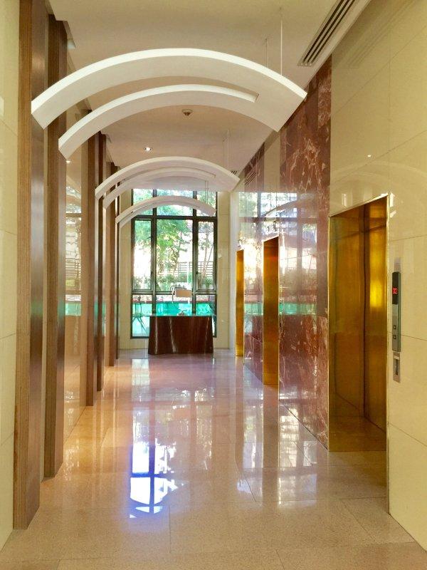 Il y a deux halls d'ascenseur dans le condo