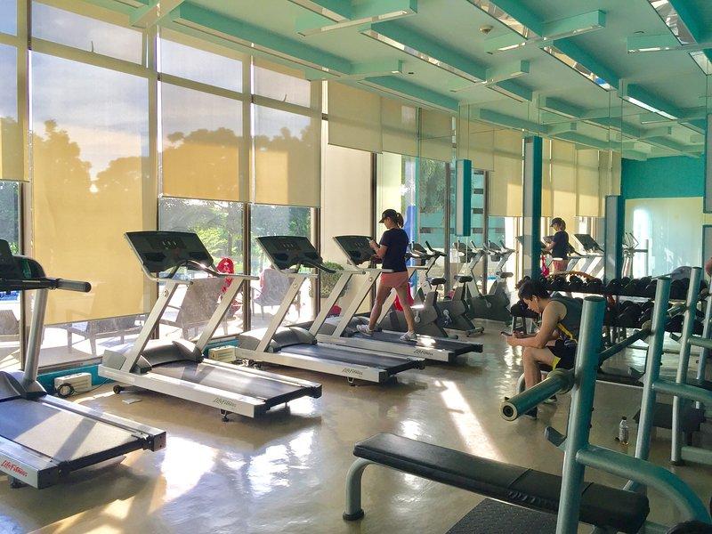 Gym avec vue sur la terrasse de la piscine, terrain de golf et des paysages