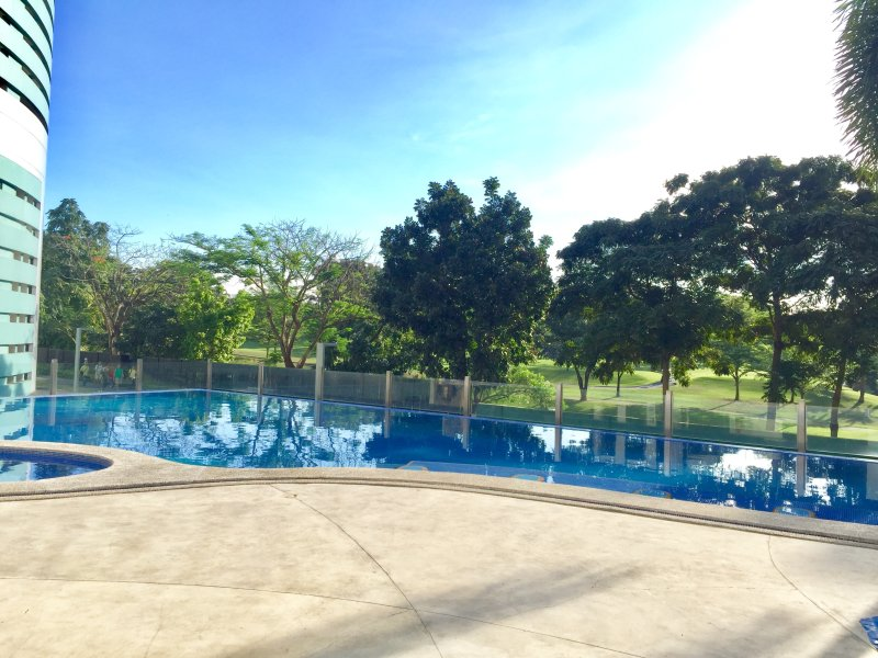 piscine surélevée a des enceintes en verre pour la sécurité des clients