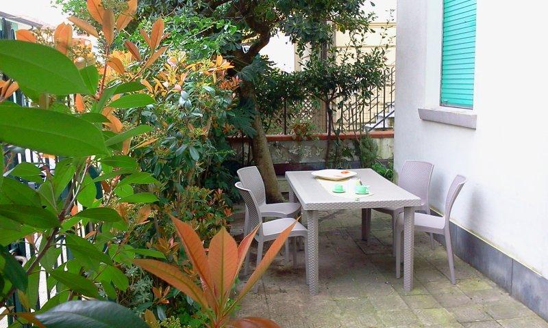 Appartamento con giardino 6 persone Lido di Camaiore a 200 metri dal mare, holiday rental in Lido Di Camaiore
