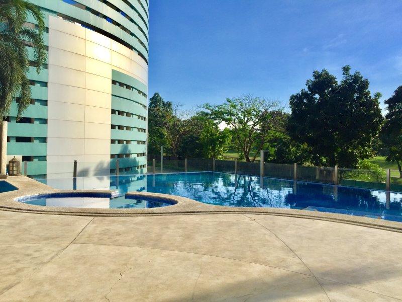 Piscine ovale pour les enfants est également situé à côté de la piscine principale