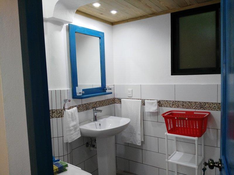 rés do chão do banheiro, com lavadora / secadora
