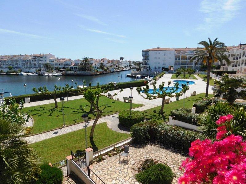 Apartamento con vistas al canal y dos piscinas comunitarias, Empuriabrava, alquiler vacacional en Fortià