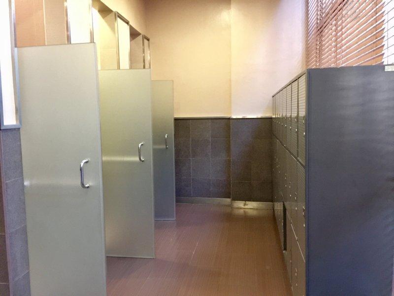Casiers prévu à côté des cabines de douche