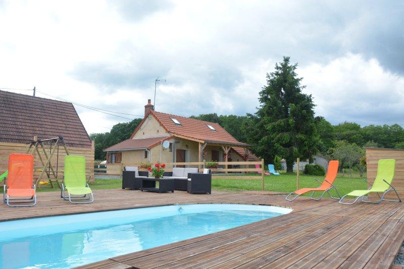 gîte de campagne avec piscine et jacuzzi   sans vis à vis  entourré d'animaux, holiday rental in Verneuil
