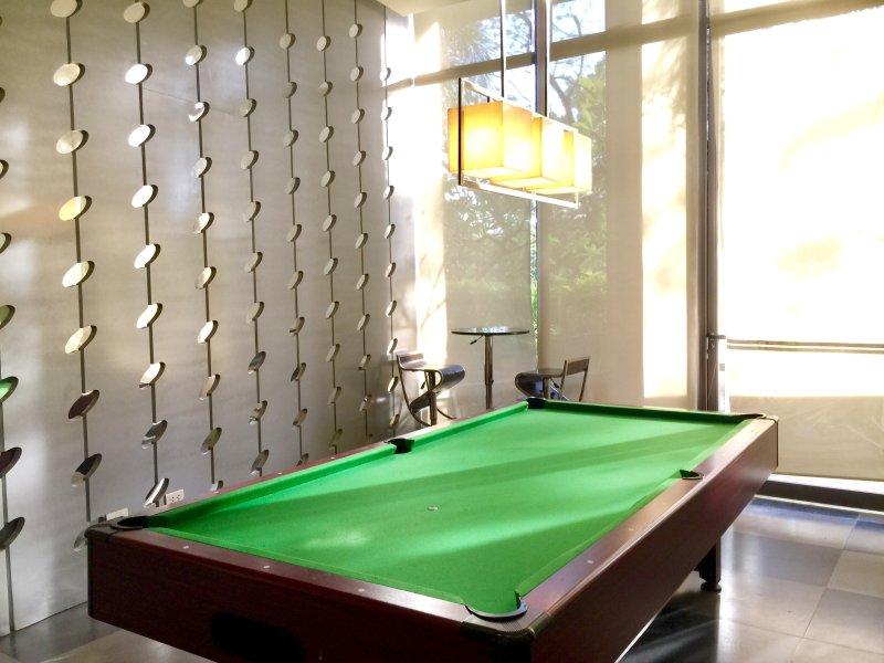 Salle de jeux donnant sur la terrasse de la piscine et des paysages