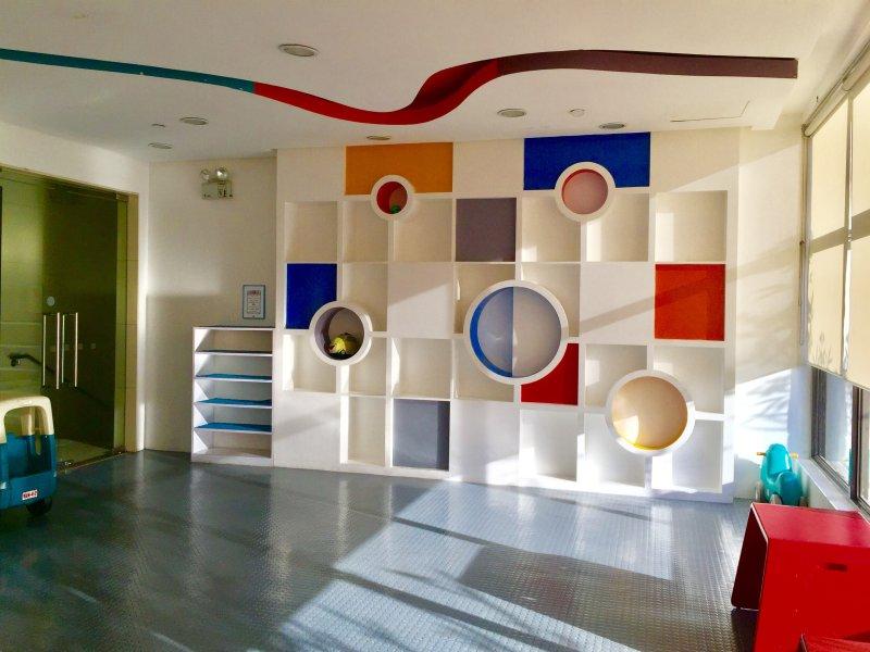 étagères colorées, le mur et la conception de plafond