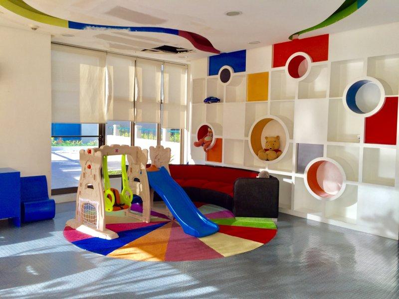 Agréable, invitant et dynamique atmosphère enfants jouiraient