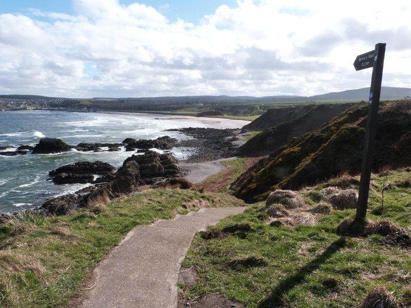 Splendida passeggiata costiera lungo la spiaggia da Portknockie a Cullen.