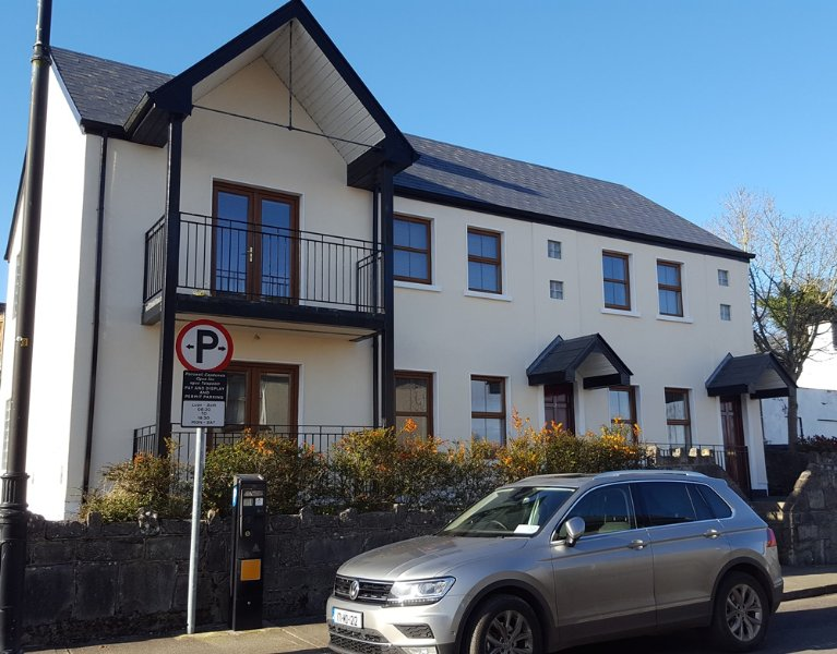 Modern 2 Bed Apartment. In town Centre. All Mod Cons. FREE Wifi. Private Parking.