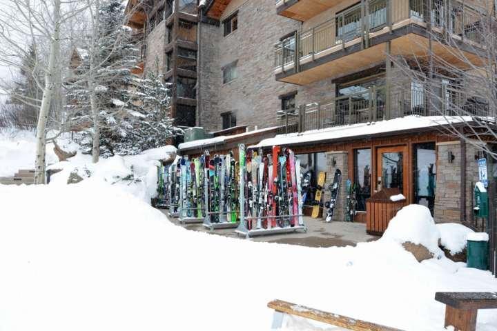 Esquiar de nuevo a la tienda de ladera en el Crestwood donde se pueden guardar los esquís y botas durante la noche