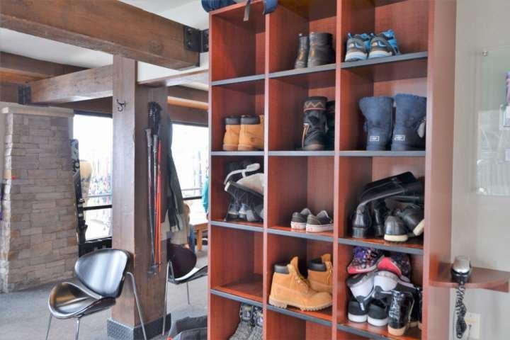 Hay espacio para almacenar los zapatos en el área de almacenamiento / tienda de esquí situada a la derecha en la pista de esquí en el Crestwood