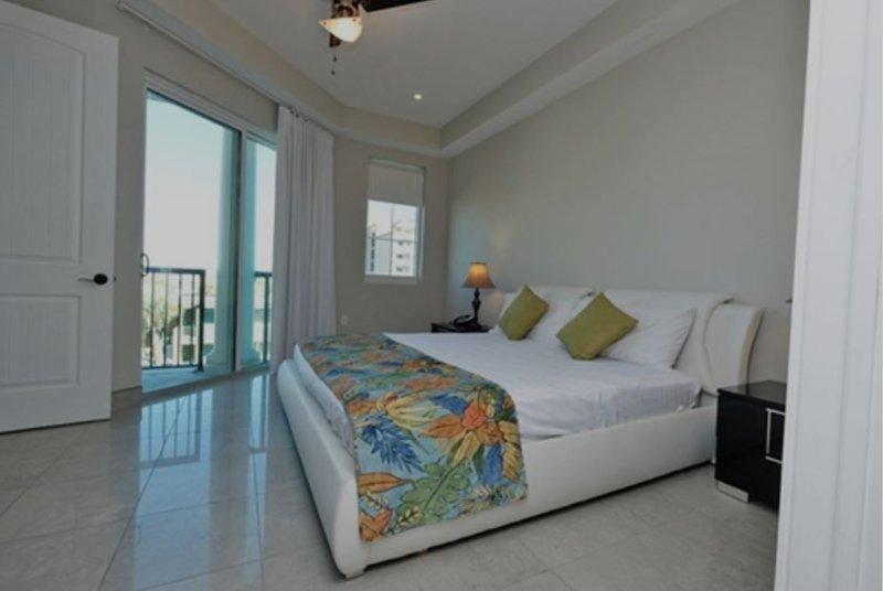 Master King también cuenta con TV de pantalla plana con acceso a la terraza con vista al mar