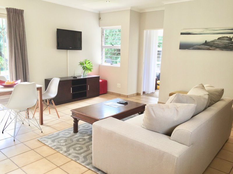 Cottage overlooking garden & pool/includes bfast, holiday rental in Rivonia