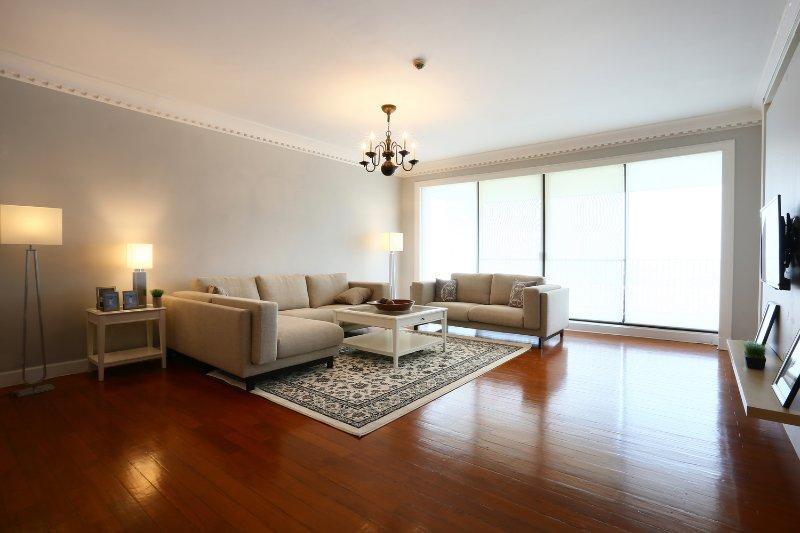3 Bedroom Luxury Condo Close To The City, vacation rental in Samut Prakan