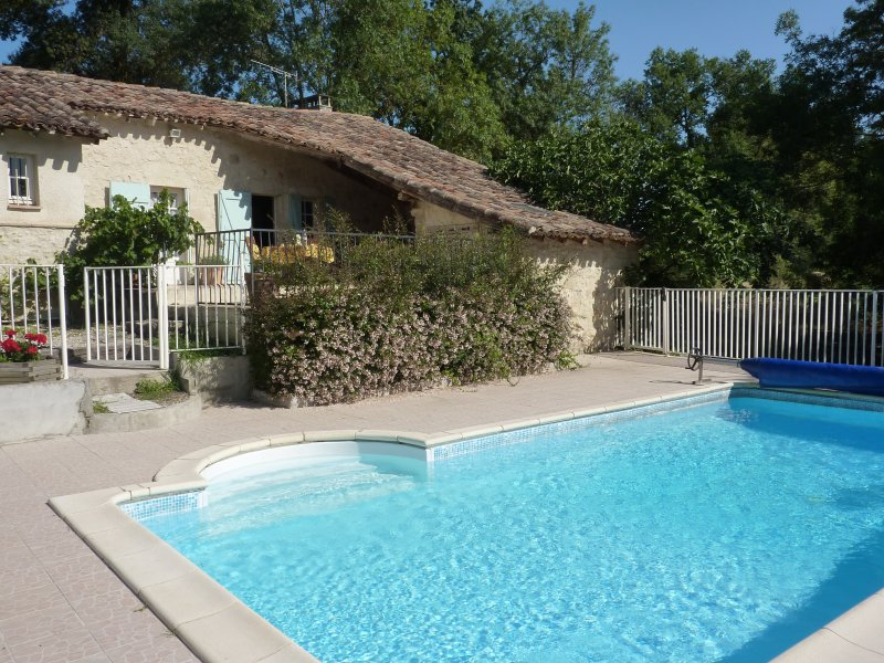 Beautiful 300 year old Petit Mas with private heated pool, aluguéis de temporada em Goudourville