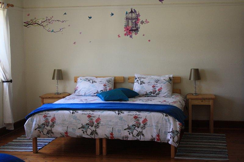 Sala de primera: dormitorio con baño, cama de matrimonio y 2 camas individuales