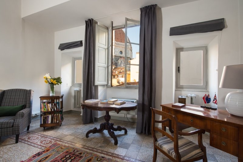 In the heart  of Florence a large and quiet apartment is the key to a great holiday ....