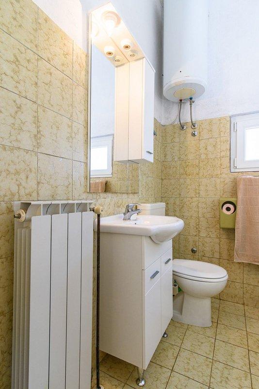 A Gornji (4+2): bathroom with toilet