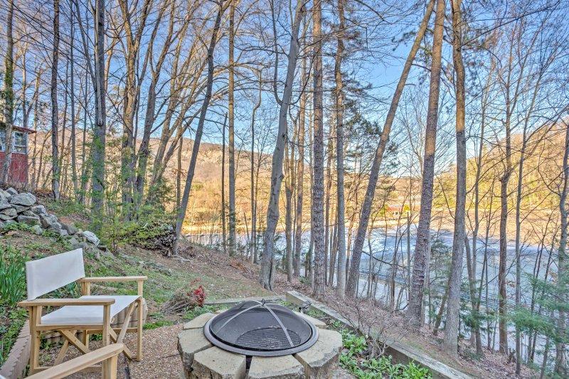Tranquilidade espera por você neste casa de férias, situado logo acima Lake Lure.
