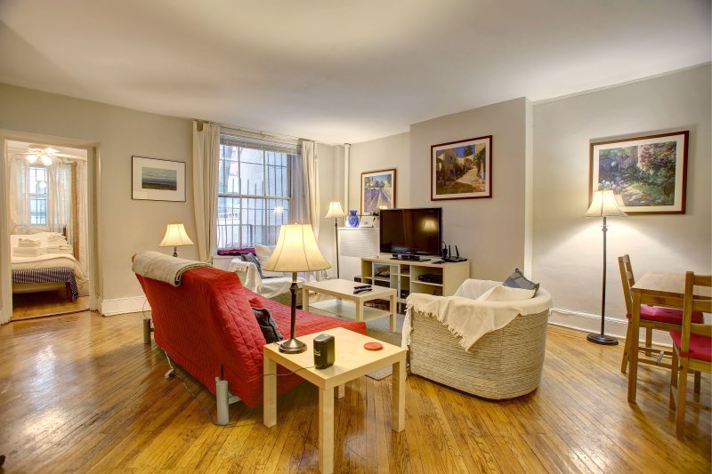Large one bedroom suite with private garden off Central Park, vakantiewoning in New York