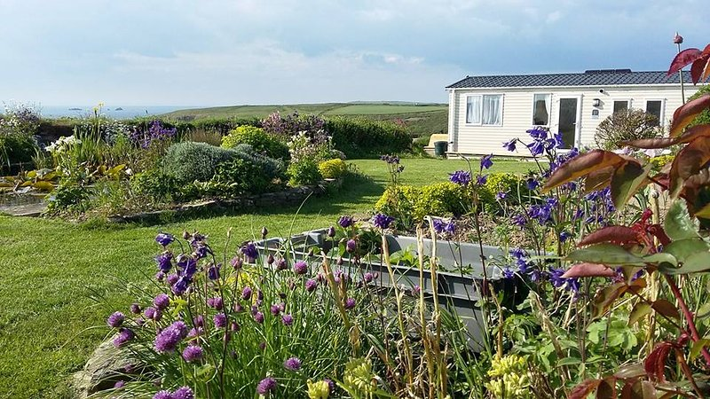 Beautiful Golden Burn Caravan, stunning views over Porthcothan Bay, location de vacances à Porthcothan