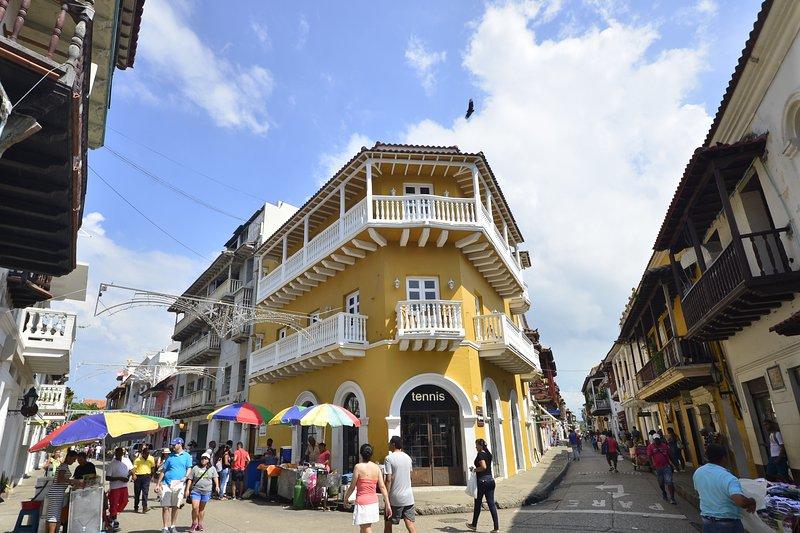 Edificio storico Los Balcones! Il tuo balcone è l'anteriore del piano superiore che avvolge il lato destro!
