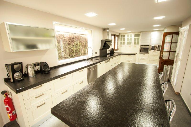 comptoir de granit noir, 2 lave-vaisselle, 2 congélateur, four et micro-ondes intégré, bouilloire, Nespresso ...