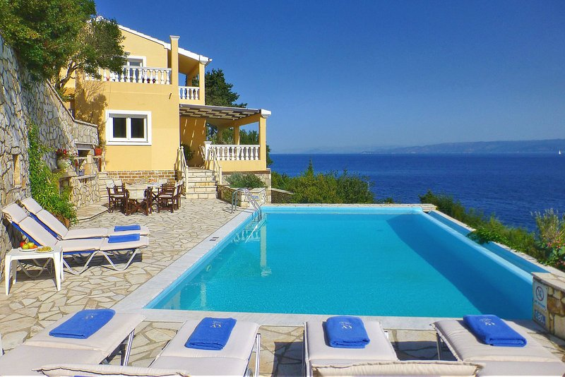 Villa Kalypso | A stone's throw from the beach with Private Pool & 180° Sea View, location de vacances à Gaios