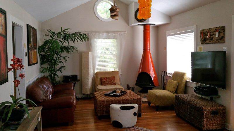 """Sala de estar tem uma lareira a lenha, 55"""" TV w / Direct TV e DVD player"""