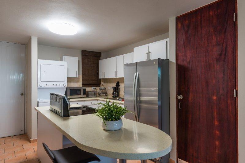 La cocina está muy bien equipada. 2 taburetes en cocina.