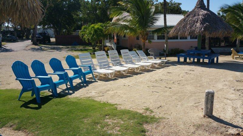 Praia com cadeiras