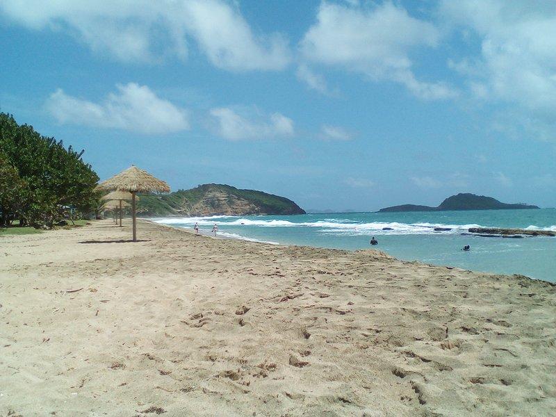 Bathway strand met parasols, het huren van ligstoelen, strandwachten en strandbars.