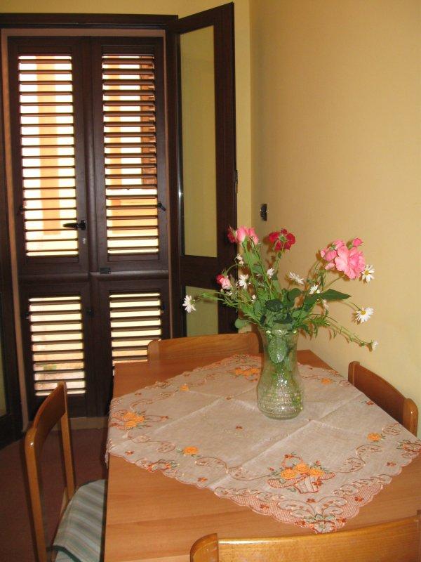 Kleines Wohnzimmer mit Kochnische