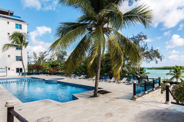 Beach front condo in Boca Chica, Dominican Republic 2/2 + laundry & parking, aluguéis de temporada em Boca Chica