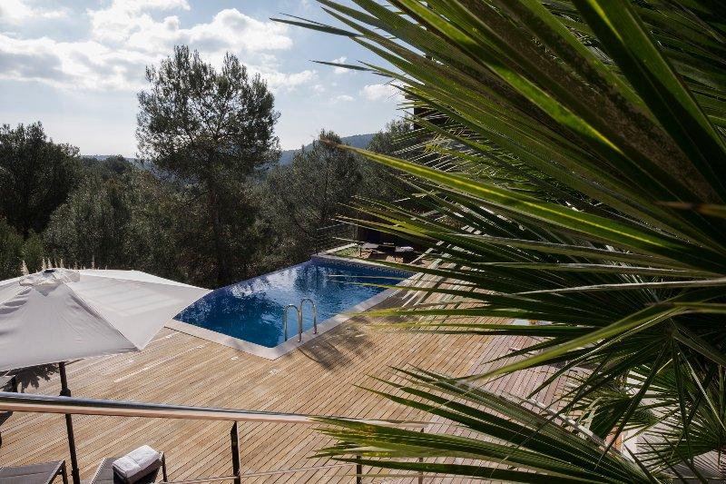 Vista para a piscina e terraço