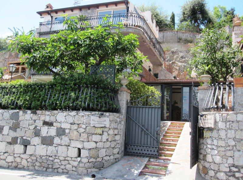 B&B Villa Schiticchiu a Taormina zona Spisone Mazzarò Isolabella 50 mt dal mare, holiday rental in Spisone
