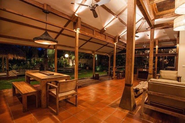 Notte vista sul soggiorno e giardino