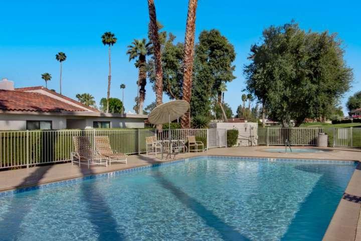 Sprankelende zwembad en spa op slechts een steenworp afstand van de patio!