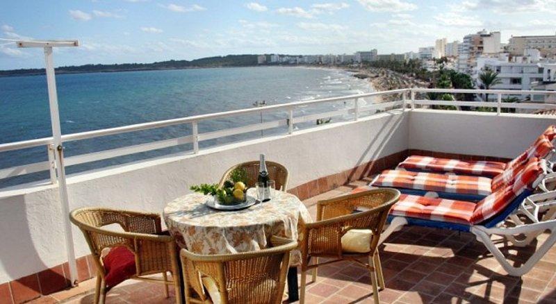 Lovely 3 bedroom spacious apartment, balcony,on sea front and beach, wifi,, alquiler vacacional en Cala Millor