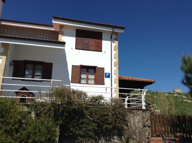 Alquiler casa tranquila san Vicente de la barquera a pie del centro urbano, holiday rental in Treceno