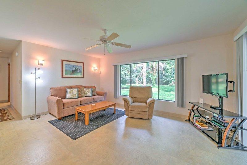 La proprietà offre 1.800 piedi quadrati di spazio vitale ben arredato.
